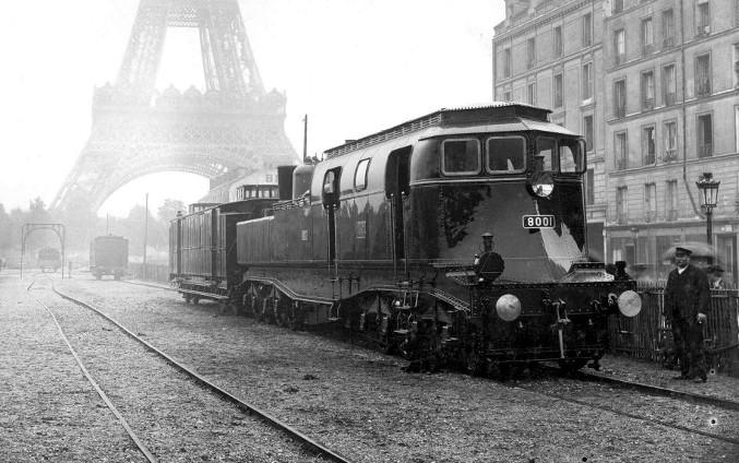 ID189_06-8001_devant_Tour_Eiffel